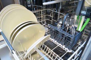 Pratos secando durante o processo de como higienizar pratos e talheres