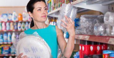 Mulher está em dúvidas ao escolher um bom fornecedor de descartáveis