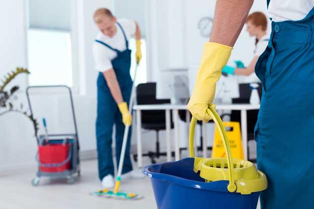 homens fazendo limpeza de sala comercial com os tipos de detergente