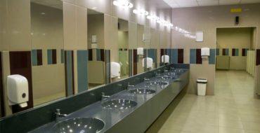 Banheiro de empresa que está de acordo com as normas estabelecidas pela vigilância sanitária