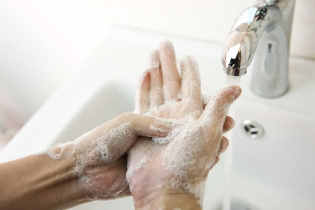 pessoa fazendo higienização das mãos