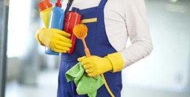 Profissional da faxina atua durante a rotina de limpeza do condomínio