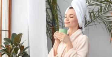 Mulher curtindo o banheiro da empresa sempre cheiroso