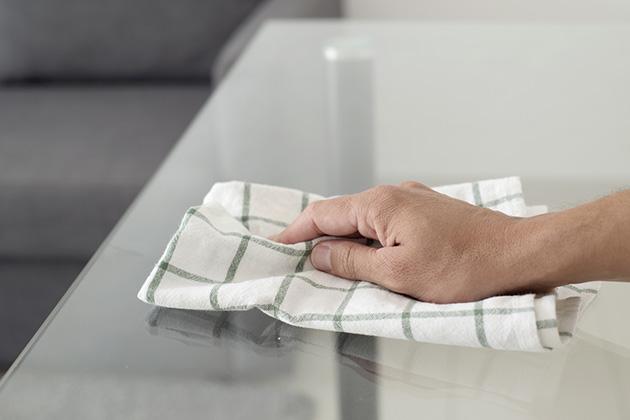 Como limpar mesa de vidro com pano