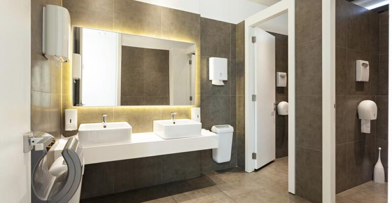 banheiro de restaurante limpo e organizado
