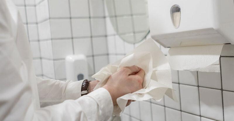 Economizar papel toalha na empresa também serve para que as pessoas sejam mais conscientes e parem de desperdiçar recursos.
