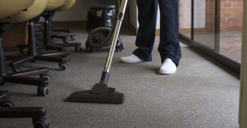 Confira os passos de como fazer a limpeza de carpete