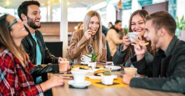 pessoas tomando café utilizando produtos essenciais para Coffee Break