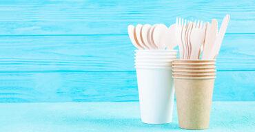 copos e colher de plásticos como exemplo de descartáveis indispensáveis para o escritório