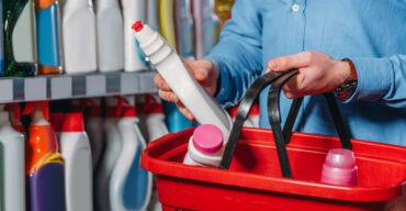 Vemos uma pessoa escolhendo produtos de limpeza. Veja como fazer a gestão de compras na firma!