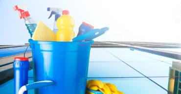 imagem de um balde com todos os produtos de limpeza dentro representa como reduzir os gastos com limpeza no condomínio